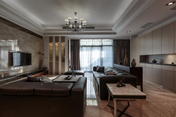 客厅的地坪采用浅色大理石铺陈