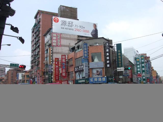 四川路、忠孝路口〝超醒目〞電梯大樓頂樓廣告牆