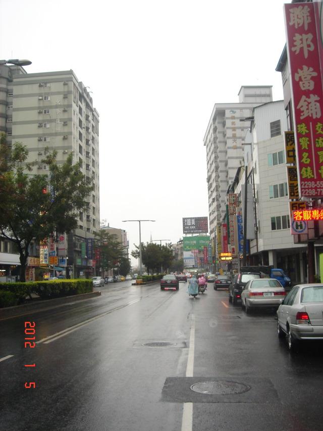 鐵架廣告招牌-水湳市場旁中清路99-66號超級明顯黃金角窗全家便利商店