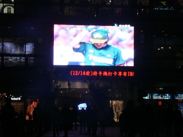 雲端多媒體台中市老虎城百貨 最大led電視牆 全台  50台聯播首選