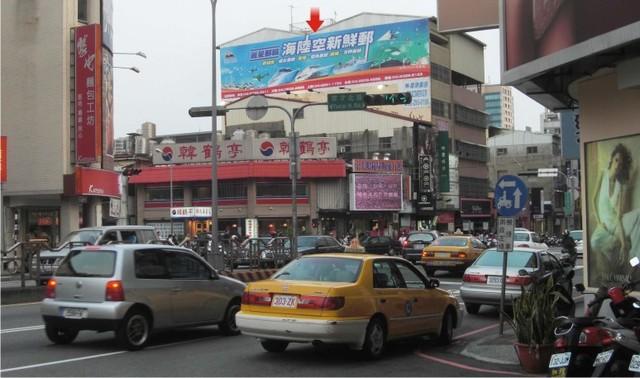 H-0245鐵架廣告牆-台中市三民路三段178號-往中友百貨、一中商圈、台中一中廣告看板