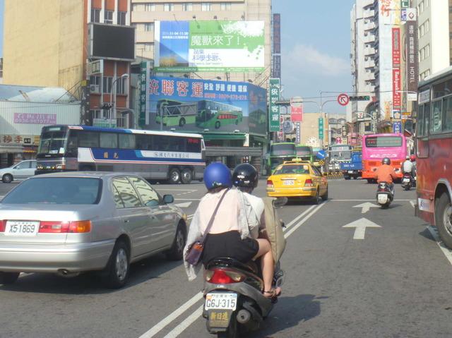 公車/機車道上正面收看
