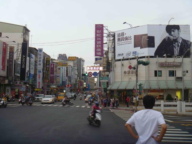 台南火車站前廣告牆(新光三越商圈)