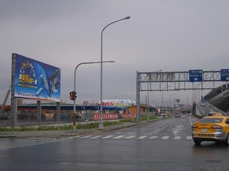 台中高鐵站 大型t霸廣告