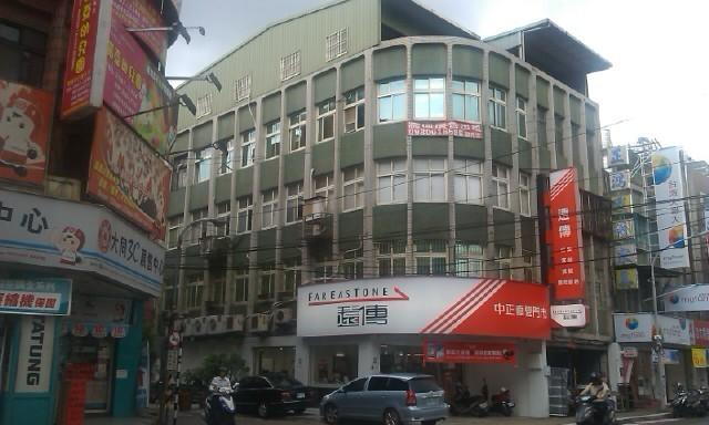 板橋中正路三角窗黃金廣告牆