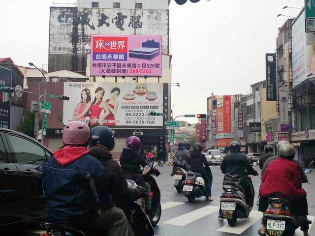 N-0670鐵架廣告塔-台南市中山路與民權路口-民生綠園、新光三越、大遠百、火車站廣告看板