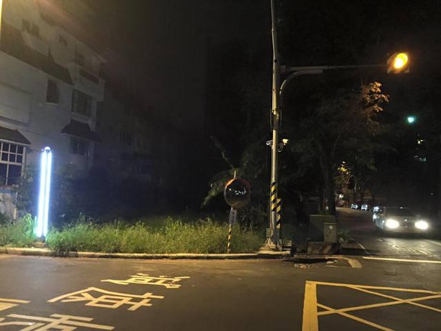 晚上有路邊亮燈,不注意到也難