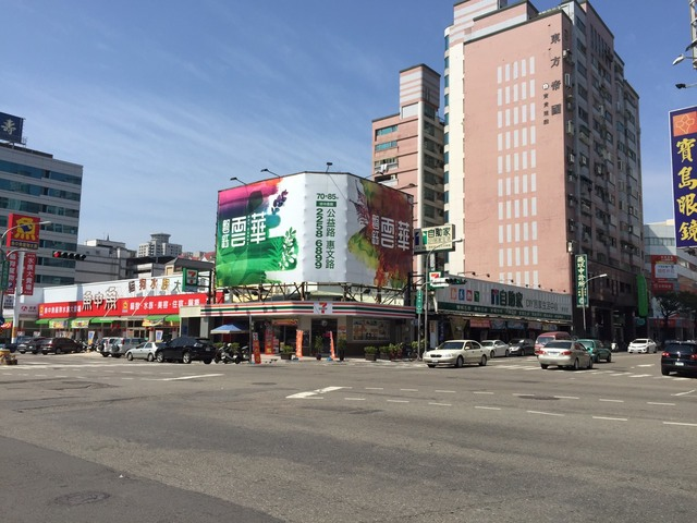 五權西路二段與東興路二段 路口廣告刊板出租