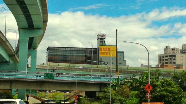 雙交流道口牆面廣告