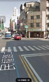 台南市民權路與忠義路口三角窗看板