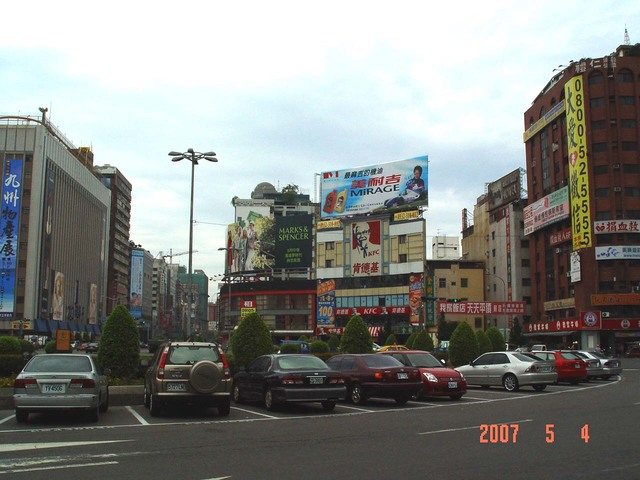 高雄市中華三路1號 鐵架廣告