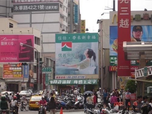 N-0214A鐵架廣告塔-台南市民族路二段72號之 1-新光三越中山店旁、FOUCS百貨廣告看板