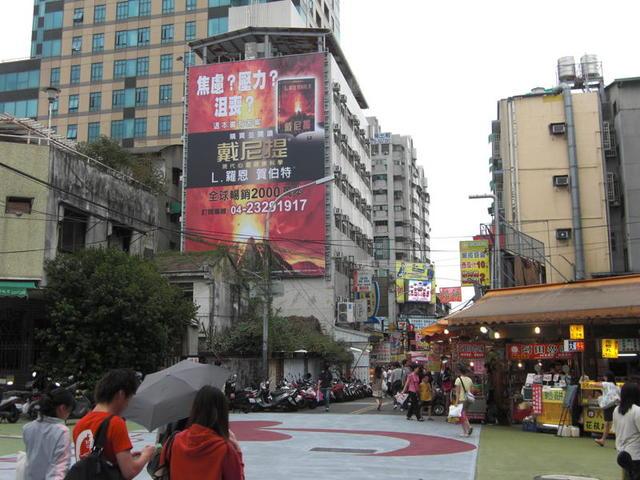 H-0149鐵架廣告塔-台中市一中街92號-往中友百貨、台中一中、一中街徒步區廣告看板