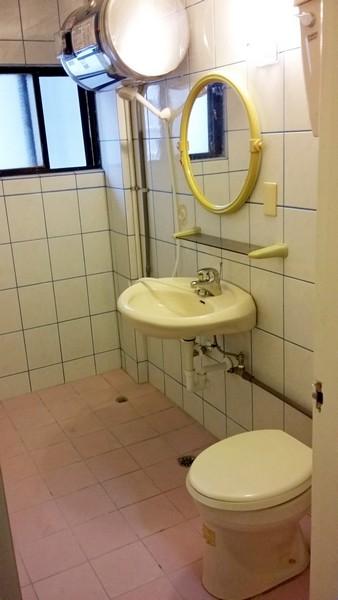 必租大浴室陽台套房~免費數位電視及洗衣機、免管理費及公共電費