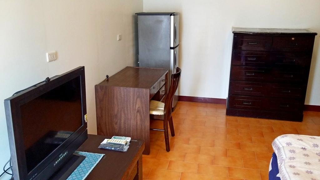 成大必租陽台大套房~免費數位電視及洗衣機、免管理費及公共電費