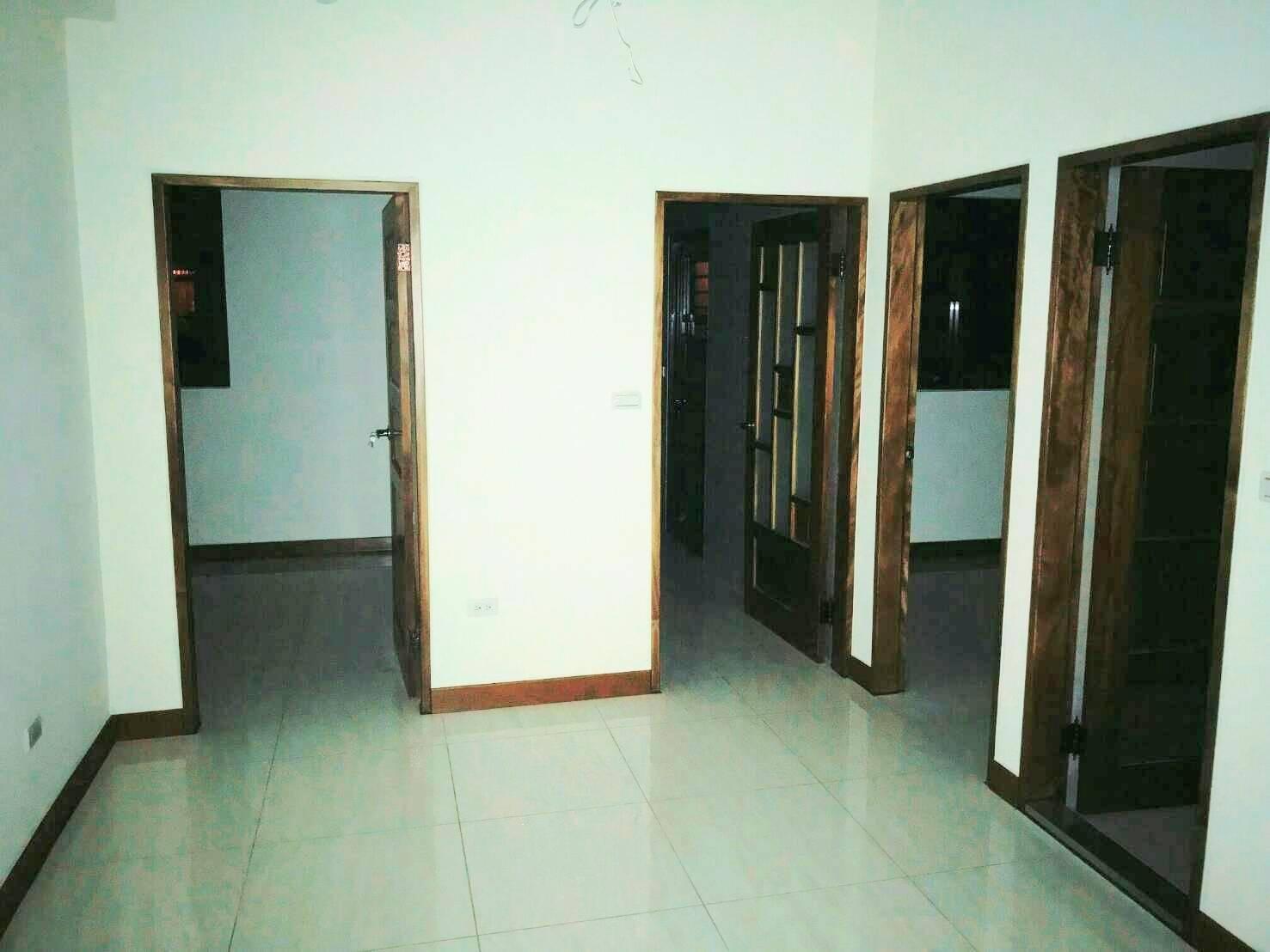 左邊房間,中間廚房