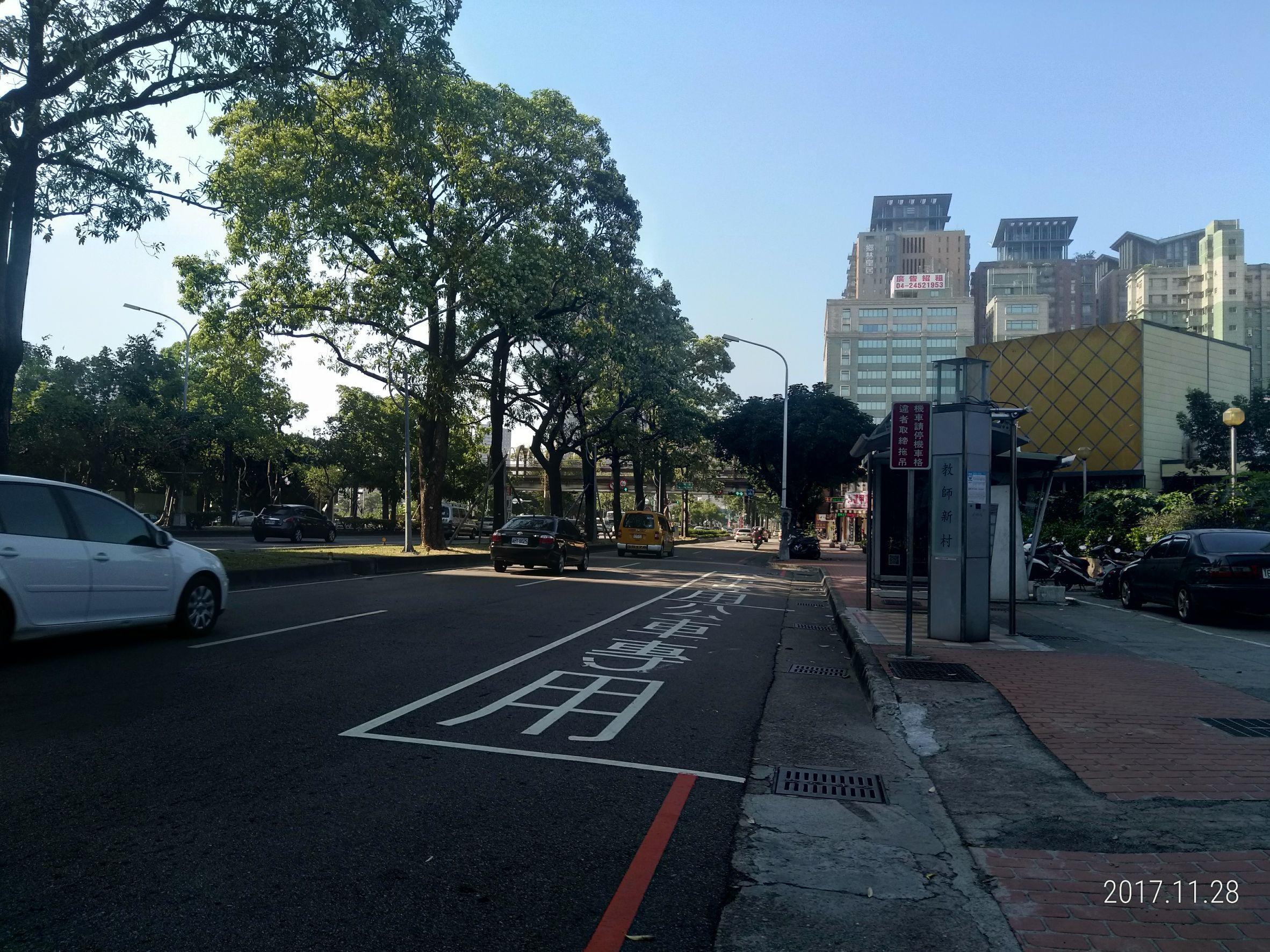 正台灣大道 秋紅谷公園正對面廣告看板